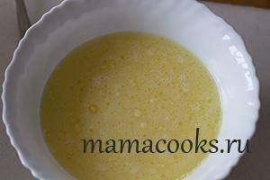 <p>В отдельной миске смешайте все жидкие ингридиенты: яйцо, молоко, масло.</p>