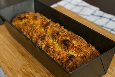 <p>Дайте хлебу немного остыть в форме, затем охладите на решетке.</p>