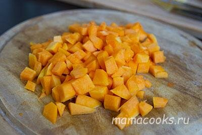 <p>Тыкву нарежьте кубиками. Запеките в духовке при 180 градусов около 20 минут.</p>