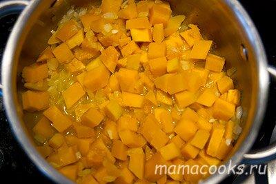 <p>Добавьте нарезанную кубиками тыкву, немного воды и потушите около 10 минут.</p>