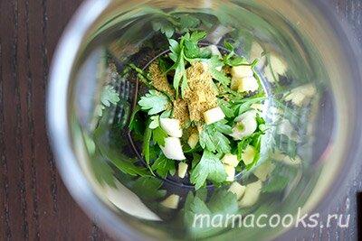 <p>В блендере измельчите петрушку, чеснок, имбирь и карри.</p>