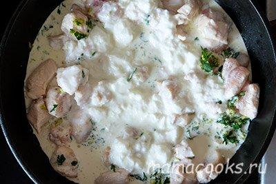 <p>В сковороду добавьте йогурт и сливки, дождитесь, пока закипит итомите под крышкой около 15 минут.</p> <p></p>