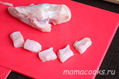 <p>Куриное филе нарежьтенебольшими кусочками примерно 1,5х1,5 см. Старайтесь, чтобы они были приблизительно одинаковыми.</p>