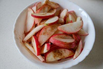 <p>Яблоки вымойте и порежьте ломтиками или кубиками. Посыпьте их корицей и перемешайте.</p>