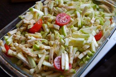 <p>Овощи порежьте небольшими кубиками, лук и чеснок мелко нашинкуйте, помидорки разрежьте пополам.Сбрызните овощи оливковым маслом, перемешайте и поставьте в духовку на 15-30 минут (в зависимости от размера кусочков). Температура духовки 200 градусов.</p> <p>Когда овощи будут готовы, выньте их из духовки, посолите, добавьте прованские травы, перемешайте и поставьте еще на 3 минут в духовку.</p> <p></p>