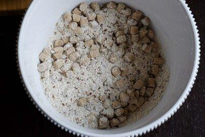 <p>Соедините все сухие ингредиенты и хорошо перемешайте. Затем добавьте воду и масло и смешайте все в довольно жидкую кашицу.</p>