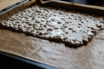<p>Застелите противень пекарской бумагой и смажьте его маслом. Можно использовать специальный коврик для выпечки, он не требует смазки.</p> <p>Выложите «тесто» и распределите его ровным слоем толщиной не более 5мм.</p>