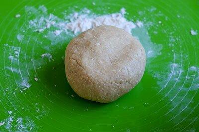 <p>Добавьте овсяную и обычную муку, соду, и замесите мягкое пластичное тесто.</p>