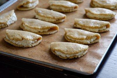 <p>Готовые сырники уложите на противень на пекарскую бумагу или коврик для выпечки. Смажьте поверхность взбитым яйцом.</p>