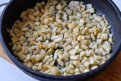 <p>Яблоки очистите и порежьте небольшими кубиками. Добавьте сахар (если яблоки кисловаты), корицу, крамал и немного воды. Потушите на среднем огне, пока они не станут мягкими.</p>