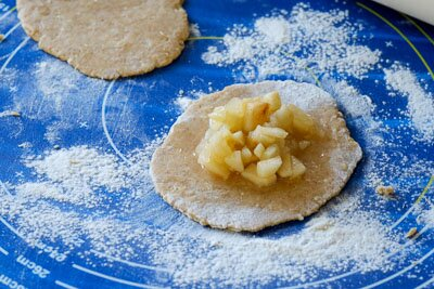 <p>Тесто разделите на 8 частей и раскатайте. Выложите начинку и сформируйте пирожок.</p>