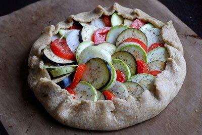 <p>Выложите нарезанные овощи, полейте оливковым маслом, посолите и добавьте прованские травы. Затем заверните края теста внутрь и защипните, чтобы пирог держал форму. Серединка пирога должна остаться открытой.</p> <p>Поверхность теста можно смазать яйцом (по желанию).</p>