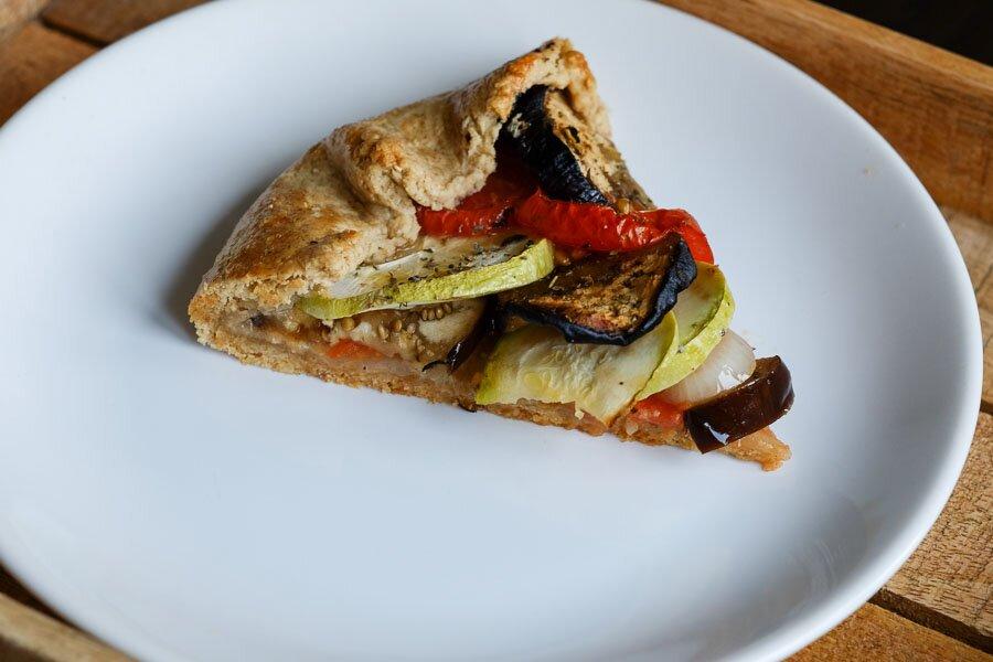 <p>Запекайте в духовке при температуре 180 градусов, пока овощи не будут готовы. Это займет около 30-40 минут. Дайте остыть и порежьте на кусочки.</p>
