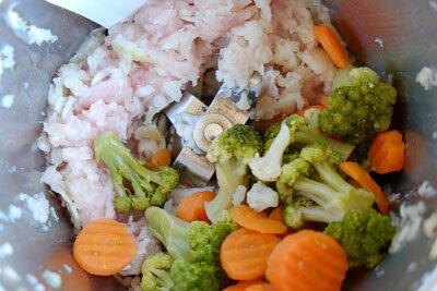 <p>Пропустите через мясорубку или измельчите в блендере филе индейки и овощи. Добавьте специи и соль по желанию.</p>