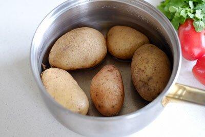 <p>Картофель отварите в подсоленой воде.</p>