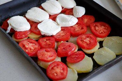 <p>Форму смажьте оливковым маслом. Выложите слоями картофель, затем томаты и моцареллу. Посолите, поперчите по вкусу и посыпьте прованскими травами.</p>