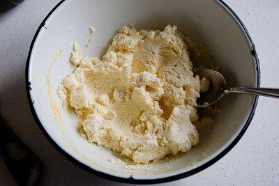 <p>Взбейте яйца с сахаром, добавьте творог и хорошо перемешайте.</p>